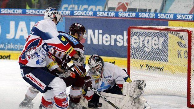 Brankář Pardubic Martin Růžička zasahuje v utkání se Spartou.