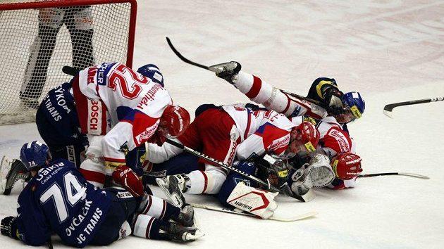 Takhle se bojovalo před brankou v utkání Českých Budějovic proti Vítkovicím.
