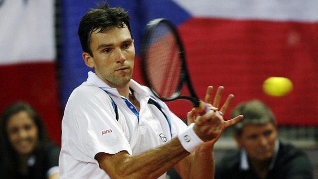 Chorvatský tenista Ivo Karlovič během semifinálového zápasu Davis Cupu s Českou republikou proti Radku Štěpánkovi