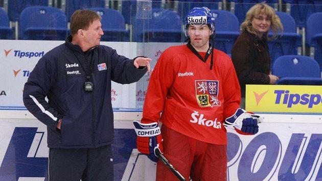Trenér Alois Hadamczik udílí pokyny Jaromíru Jágrovi na tréninku české reprezentace.