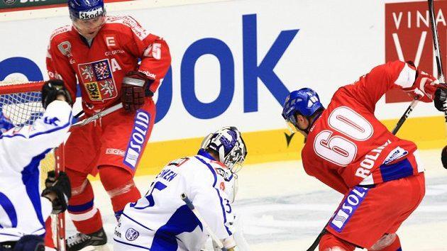 Útočník Tomáš Rolinek v šanci před finskou svatyní na Českých hokejových hrách