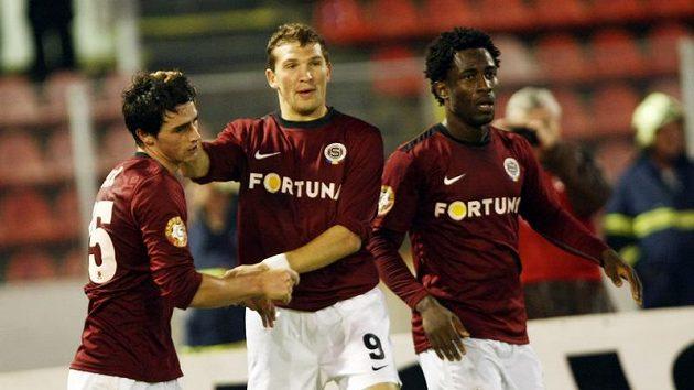 Sparťané Vacek, Prudnikov a Wilfried se radují z vyrovnávacího gólu.