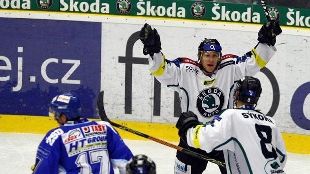 Hokejisté Mladé Boleslavi oslavují branku v zápase s Brnem