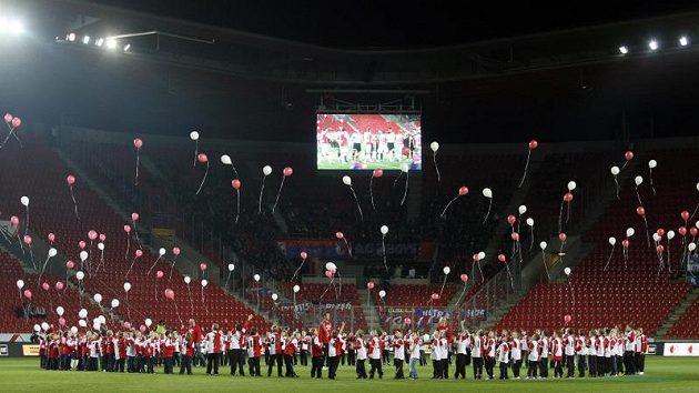 Děti na hrací ploše SK Slavia Praha oslavují 120. leté výročí založení klubu, které se slavilo před zápasem proti Plzni.
