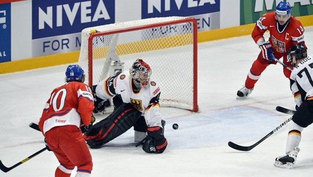 Český útočník Martin Erat (vlevo) střílí gól. Akci přihlíží (zleva) brankář Dennis Andreas, útočník Tomáš Plekanec a obránce Nikolaj Goc.