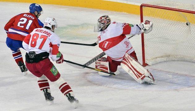 Jakub Klepiš z HC LEV (vlevo) dává gól, Jakub Nakládal ze Spartaku (uprostřed) a brankář Spartaku Sergej Borisov jen přihlížejí.