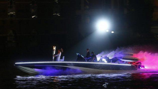 Fotbalista David Beckham přivezl olympijský oheň na lodi po Temži.