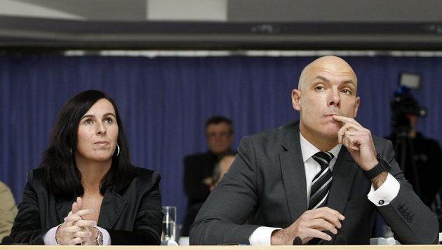 Předsedkyně komise rozhodčích Dagmar Damková (vlevo) a anglický fotbalový rozhodčí Howard Webb.