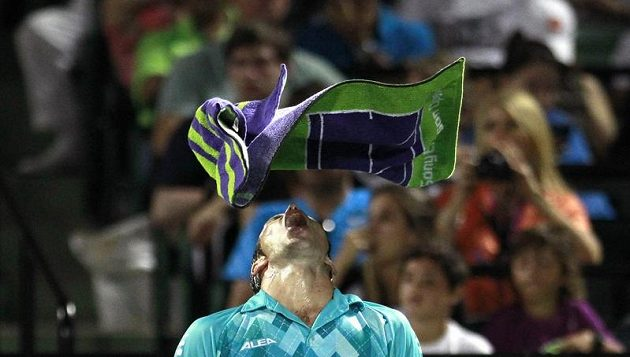 Radek Štěpánek v přestávce duelu s Rafaelem Nadalem v Miami zápasil s ručníkem.