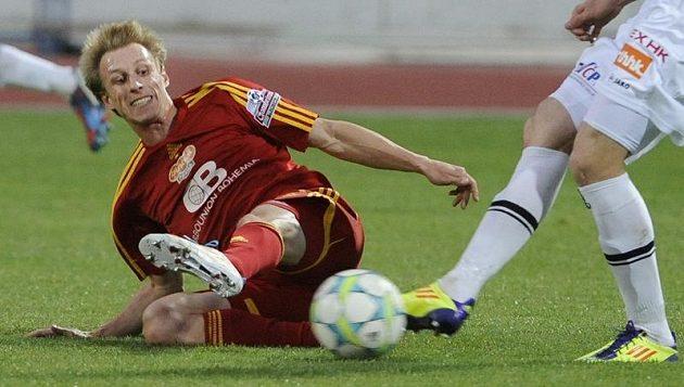 Tomáš Berger z Dukly (na zemi) bojuje o míč s Peterem Jánošíkem z Hradce.
