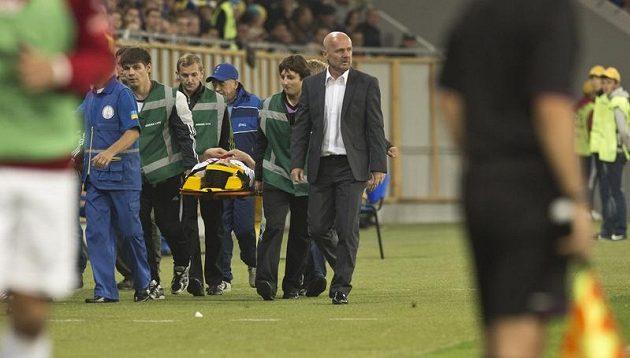 Zraněný Václav Pilař je odnášen na nosítkách.