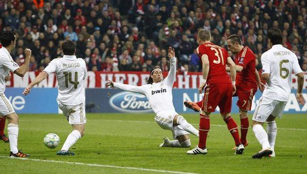Záložník Bayernu Franck Ribéry střílí gól Realu Madrid v semifinále Ligy mistrů