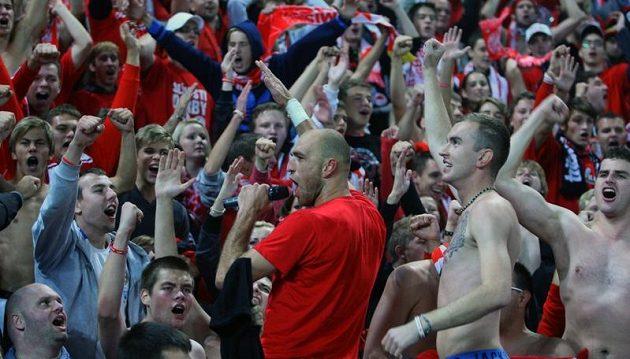 Martin Latka slaví výhru v derby s kotlem slávistickým fanoušků.