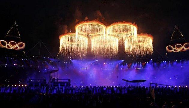 Olympijské kruhy jako součást pyrotechnické show při slavnostním zahájení XXX. letní olympiády v Londýně.