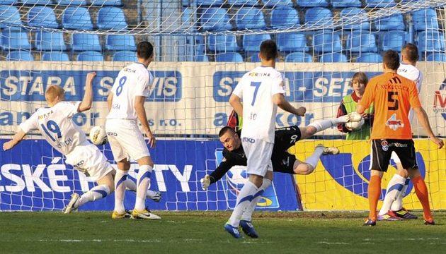 Akce Sigmy Olomouc, ze které padl první gól v odvetě čtvrtfinále poháru proti Baníku Ostrava. Brankář Baníku David Pietrzkiewicz se marně natahoval po míči.