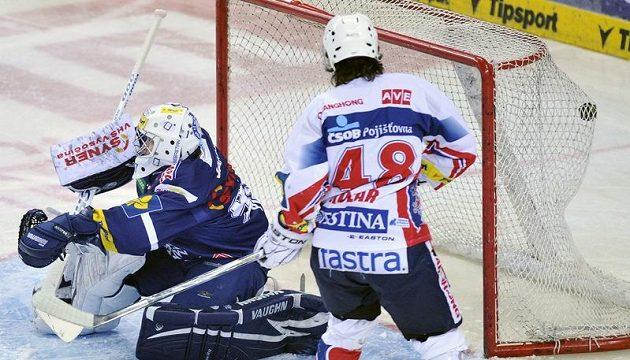 Brankář Liberce Marek Pinc inkasuje branku v utkání proti Pardubicím.