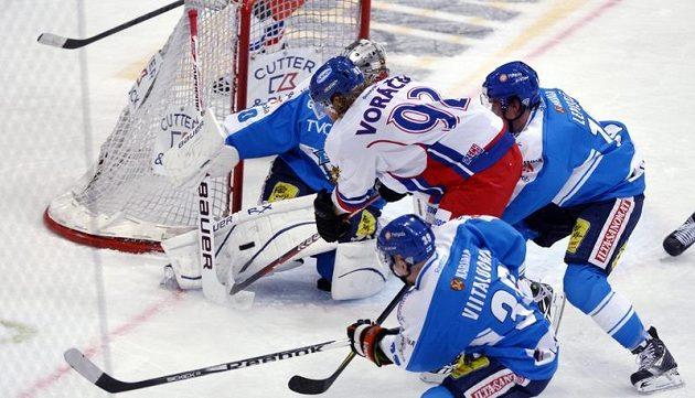 Finský gólman Ari Ahonen čelí pokusu českého reprezentanta Jakuba Voráčka v utkání na turnaji Channel One Cup.