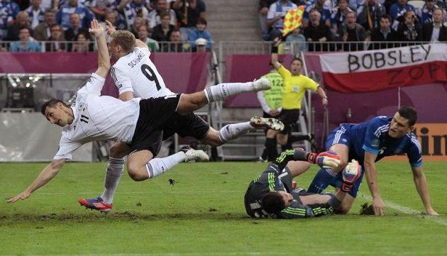 Miroslav Klose (vlevo) padá po souboji před brankou Řecka