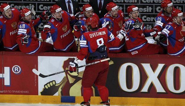 Alexander Ovečkin se raduje z vyrovnávacího gólu Ruska ve finále MS proti Slovensku.