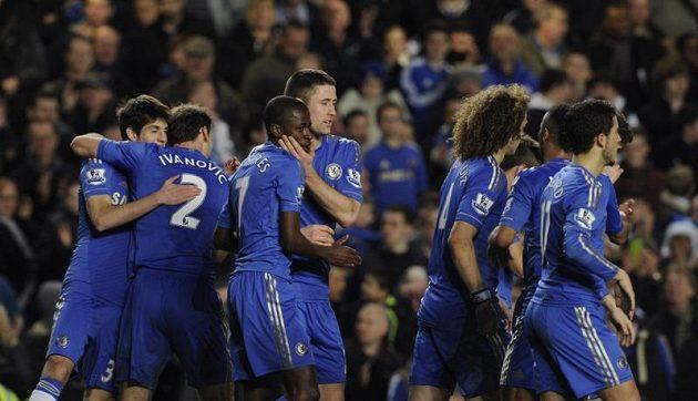 Fotbalisté Chelsea se radují z jedné z osmi branek proti Aston Ville.