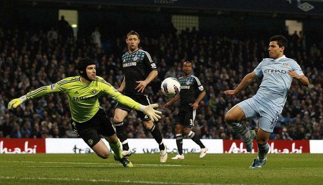 Petr Čech řeší atak útočníka Sergia Agüera. Argentinec ve službách Manchesteru City vstřelil oba góly domácích.
