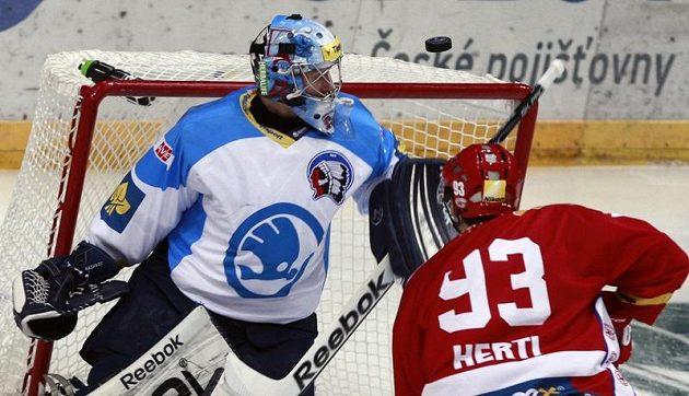 Slávista Tomáš Hertl střílí nad rameno Marka Mazance z Plzně.