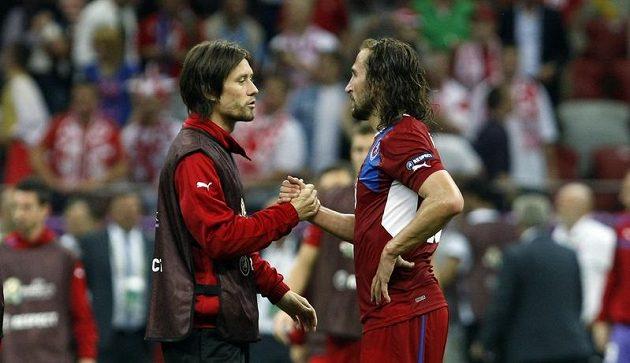 Zraněný kapitán mužstva Tomáš Rosický (vlevo) s Petrem Jiráčkem