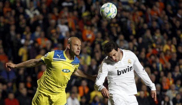 Paulo Jorge z APOELu (vlevo) v souboji s útočníkem Realu Madrid Gonzalo Higuainem