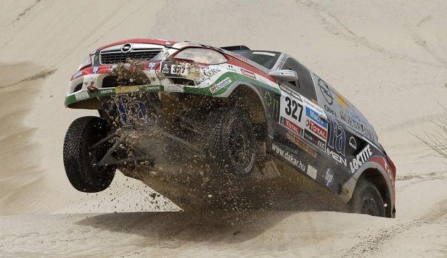 Maďar Balazs Szalay překonává dunu v 11. etapě.