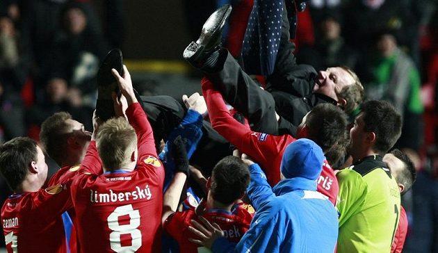 Trenér Pavel Vrba létal nad hlavami hráčů Plzně po vítězství nad Atlétikem Madrid.