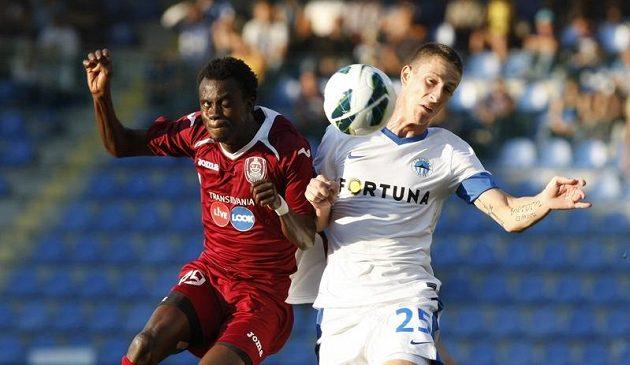 Liberecký Jiří Fleišman (vpravo) bojuje o míč se Sogouem z Kluže