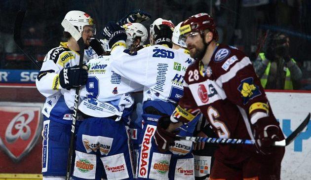 Hokejisté Komety Brno se radují z branky do sítě pražské Sparty.