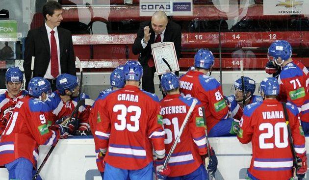 Prozatímní trenér týmu HC Lev Praha Jiří Kalous (uprostřed) udílí pokyny svým hráčům.