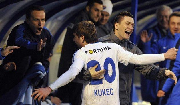 Davor Kukec z Baníku se na střídačce raduje z gólu. Vpravo je Pavol Poliaček.