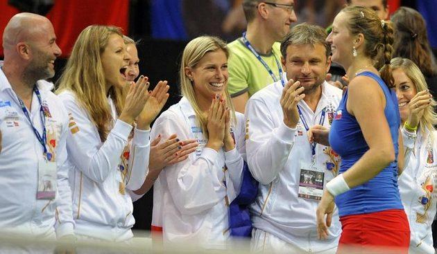Petra Kvitová se raduje z vítězství nad Jelenou Jankovičovou s českým týmem.