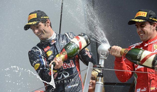 Fernando Alonso (vpravo) se už pomalu viděl vítězem, nakonec však na pódiu jen asistoval Marku Webberovi...