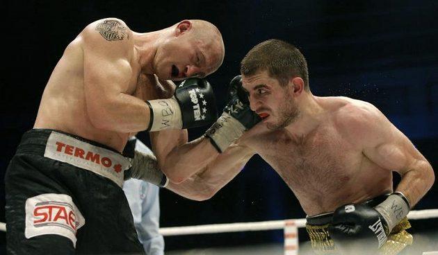 Český profesionální boxer Lukáš Konečný (vlevo) v duelu se Zaurbekem Bajsangurovem z Ruska.