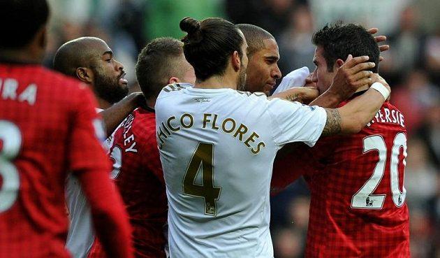 Ashley Williams (druhý zprava) a útočník Manchesteru United Robin van Persie se do sebe ostře pustili.
