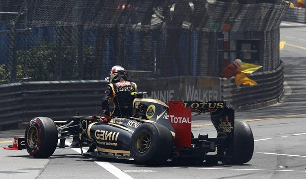 Romain Grosjean ze stáje Lotus vylézá z kokpitu svého vozu po nehodě na startu VC Monaka