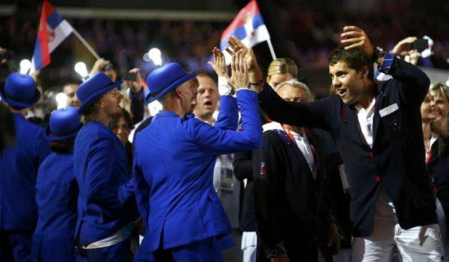 Kajakář Josef Dostál (vpravo) se zdraví při slavnostním zakončení olympiády v Londýně s jedním z pořadatelů.