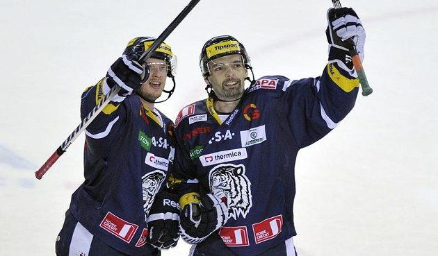 Jaroslav Kudrna (vpravo) a Martin Čakajík z Liberce se radují z vítězství ve třetím semifinále proti Pardubicím.