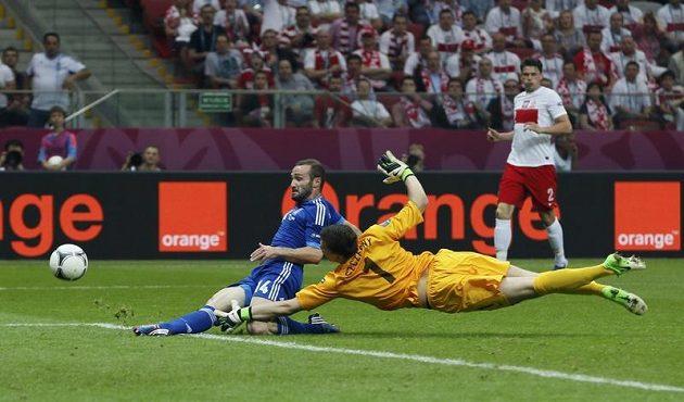 Vyrovnáno! Dimitris Salpingidis překonává ve druhé půli polského gólmana Wojciecha Szczesného