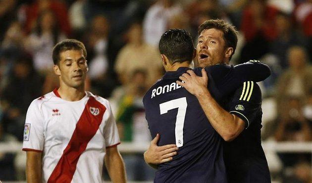 Cristiano Ronaldo (s číslem 7) a Xabi Alonso z Realu Madrid se radují z gólu.