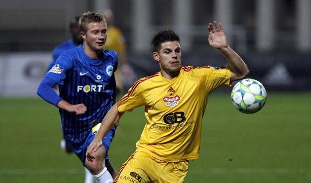 Ondřej Vrzal si kryje míč před dotírajícím Sergijem Liulkou z Liberce.