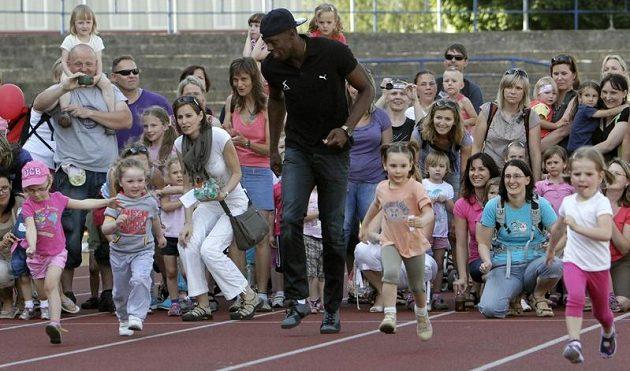 Usain Bolt závodí s dětmi v Ostravě před startem na Zlaté tretře.