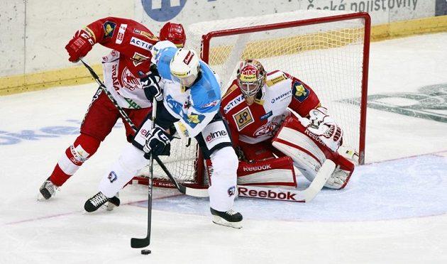 Plzeňský Nicolas Johnson (uprostřed) se snaží prosadit v utkání proti Slavii.