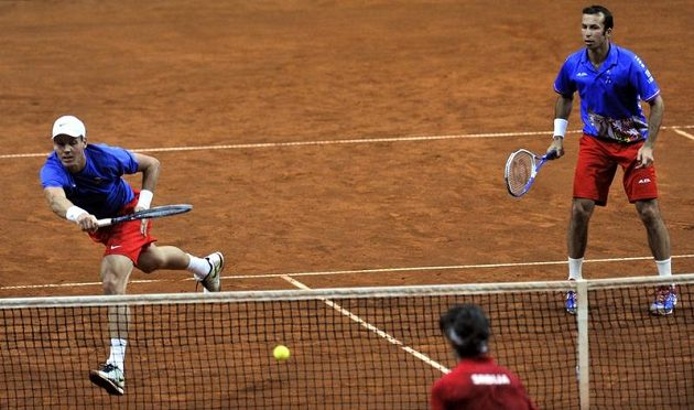 Čeští tenisté Tomáš Berdych (vlevo) a Radek Štěpánek během výměny u sítě proti dvojici Nenad Zimonjič, Ilja Bozoljac (zády).