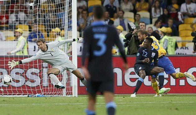 Daniel Welbeck střílí zády ke švédské bráně gól.