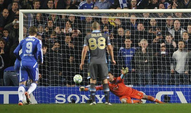 Frank Lampard proměňuje penaltu v odvetě osmifinále Ligy mistrů proti Neapoli.