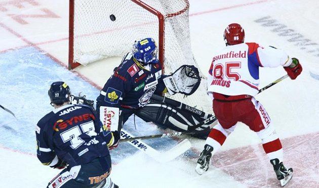 Budějovický obránce Mikuš střílí gól proti Liberci ve čtvrtfinále play-off.